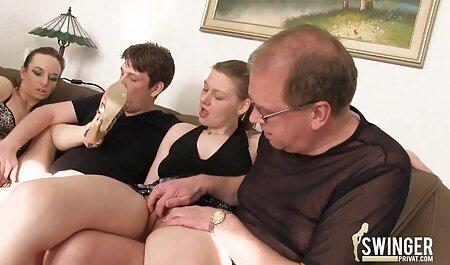 Maagdelijk seksfilms trio materiaal op de vloer